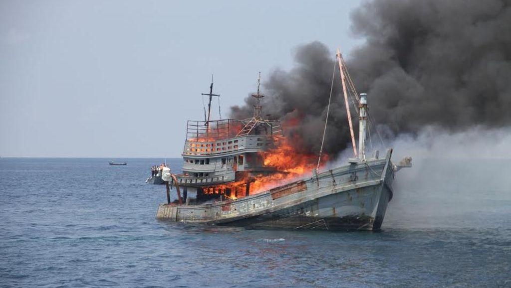 Di Hari Terakhir 2015, TNI AL Ledakkan 10 Kapal Asing Pencuri Ikan