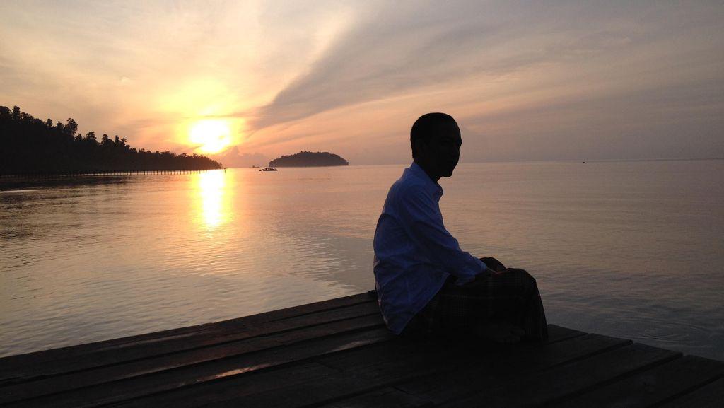 Saat Jokowi Menikmati Matahari Pertama Tahun 2016 di Raja Ampat