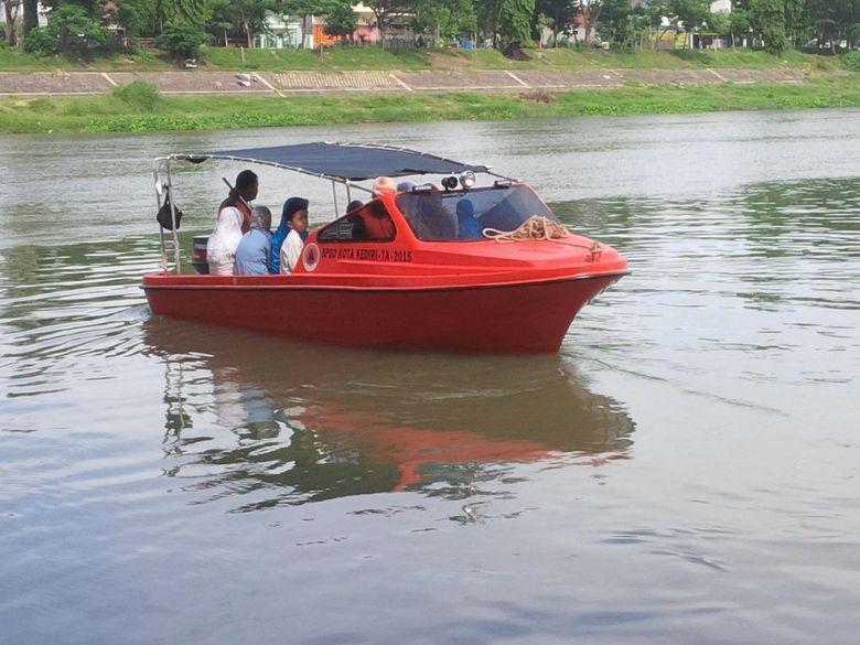 Kenalkan Pentingnya Sungai, Wali Kota Kediri Ajak Warga Naik Perahu