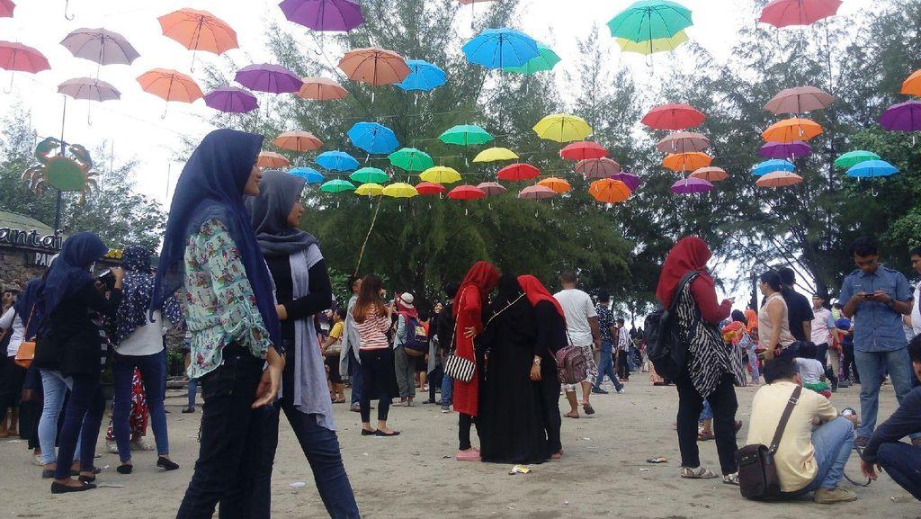 Hari Terakhir Liburan, Ribuan Wisatawan Penuhi Pantai Bali Lestari
