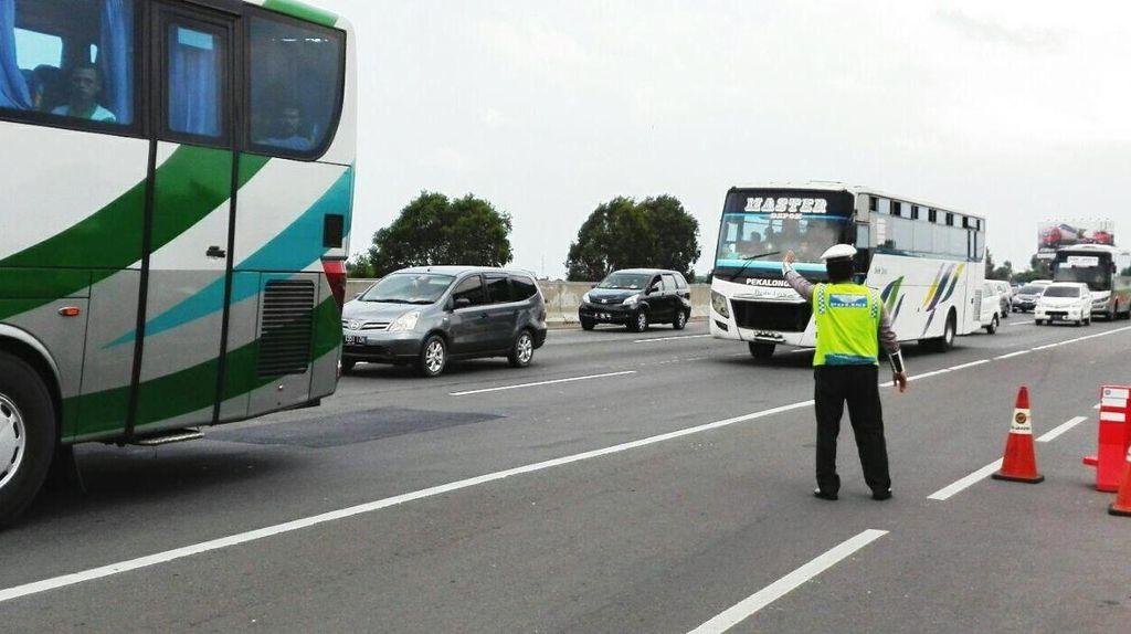 Tol Cikampek Macet 12 Km, Kendaraan Padat Sejak Cikunir