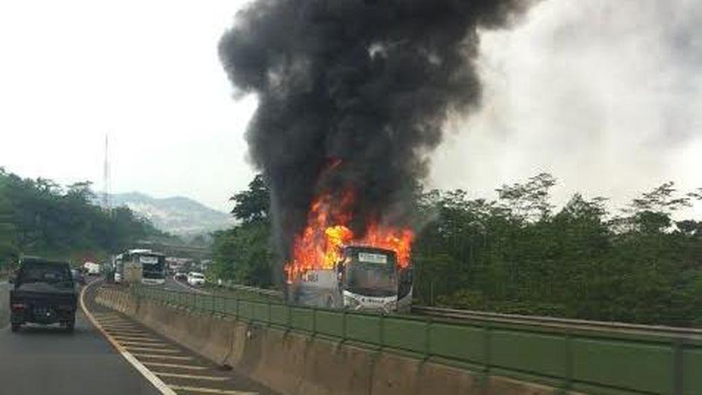 Bus yang Terbakar di Purbaleunyi Sudah Dievakuasi, Lalin Lancar Kembali