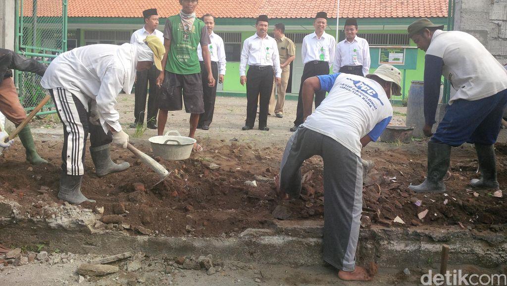 6 Pekerja Lanjutkan Pembongkaran Akses ke MTs Muhammadiyah, Begini Suasananya