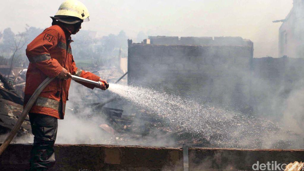 Kebakaran di PT Glomet Bekasi Mulai Mengecil
