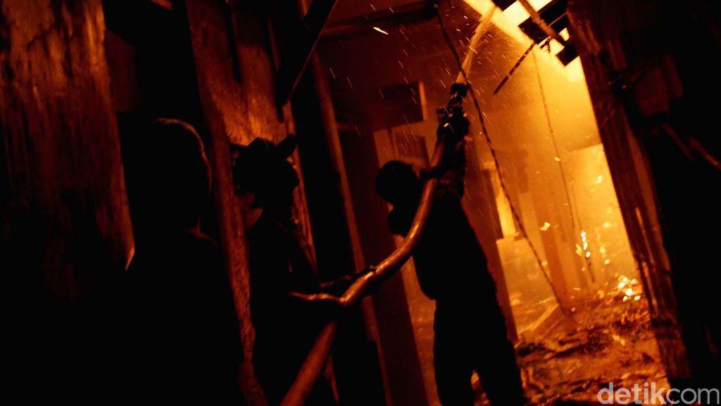 Rumah Kos di Surabaya Terbakar, Satu Korban Meninggal dalam Posisi Sujud