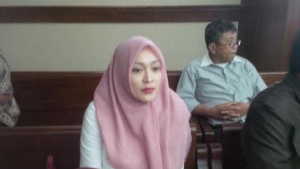 Angelina Sondakh yang Tampil dengan Jilbab Pink Tak Bicara Soal Putusan PK
