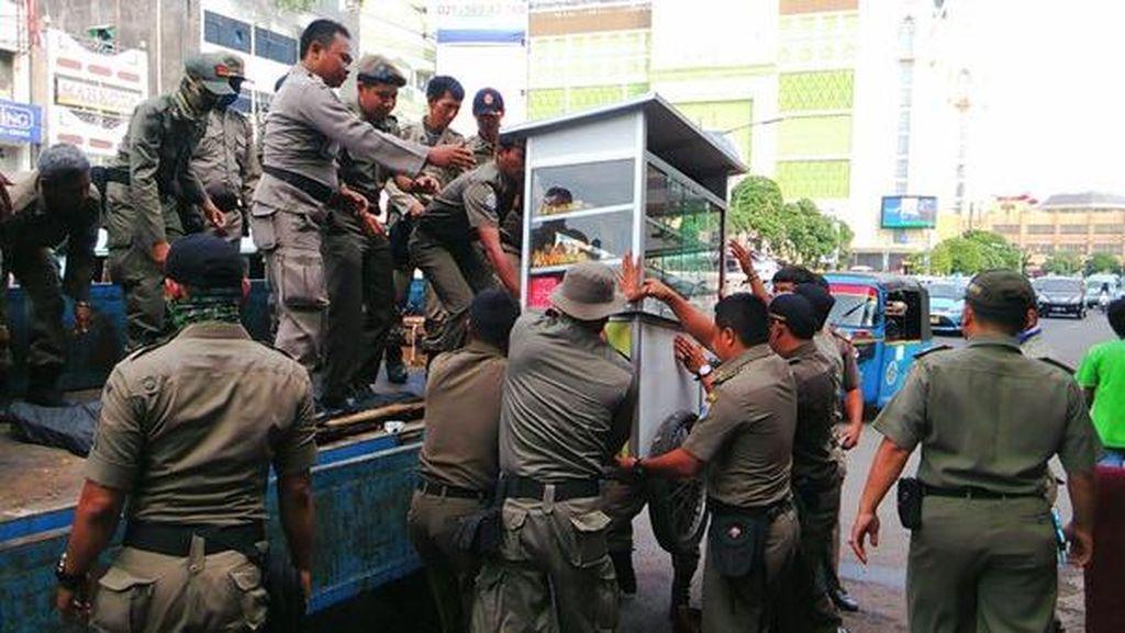 Satpol PP Sikat PKL di Tanah Abang, Gerobak dan Barang Dagangan Disita