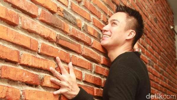 Nempel di Dinding, Baim Wong Ngapain Sih?