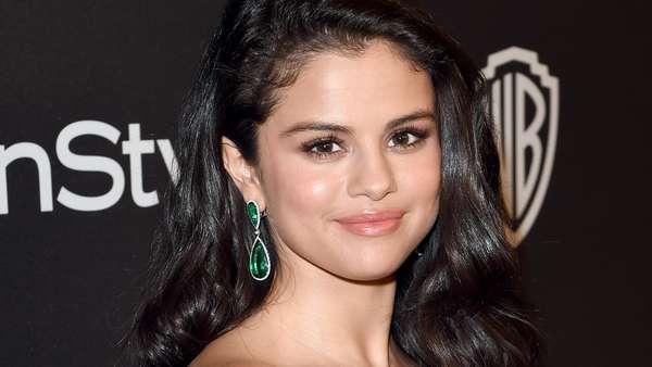 Cantiknya Selena Gomez Dibalut Dress Putih