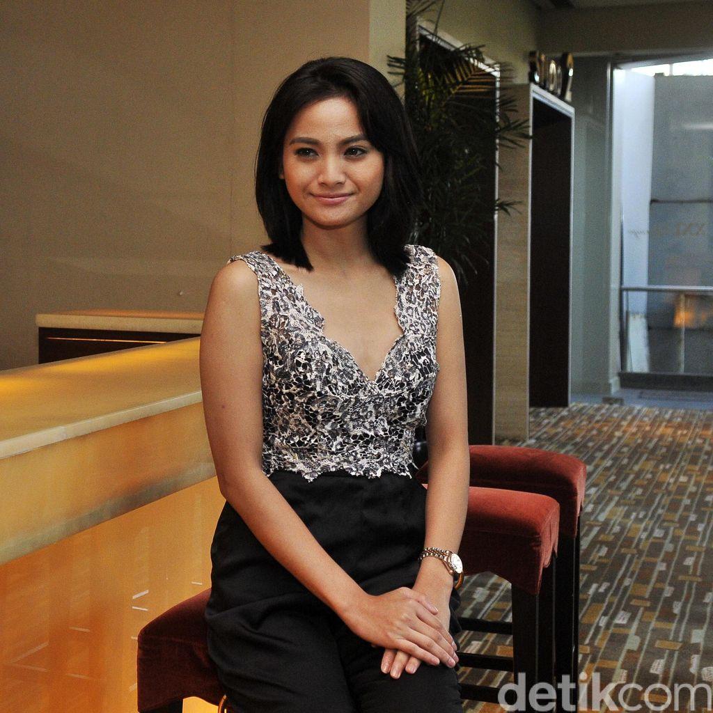 Main Film Komedi Bareng Raditya Dika, Acha Septriasa Merasa Kurang Lucu