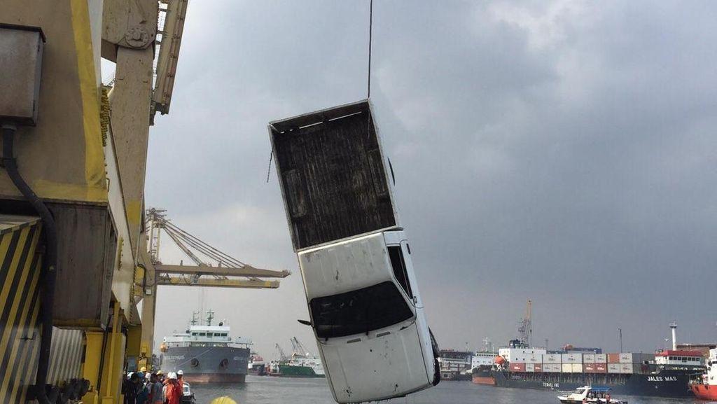 Alib Hilang Setelah Pikap Tercebur di Pelabuhan Tanjung Priok