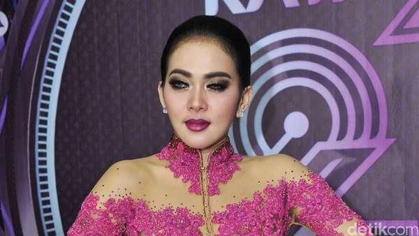 Bergaun Kebaya Pink, Syahrini Cetar Seperti Princess