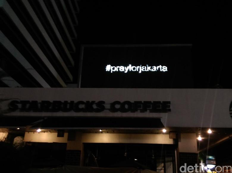 Ucapan #prayforjakarta dari Atas Gerai Starbucks di Thamrin