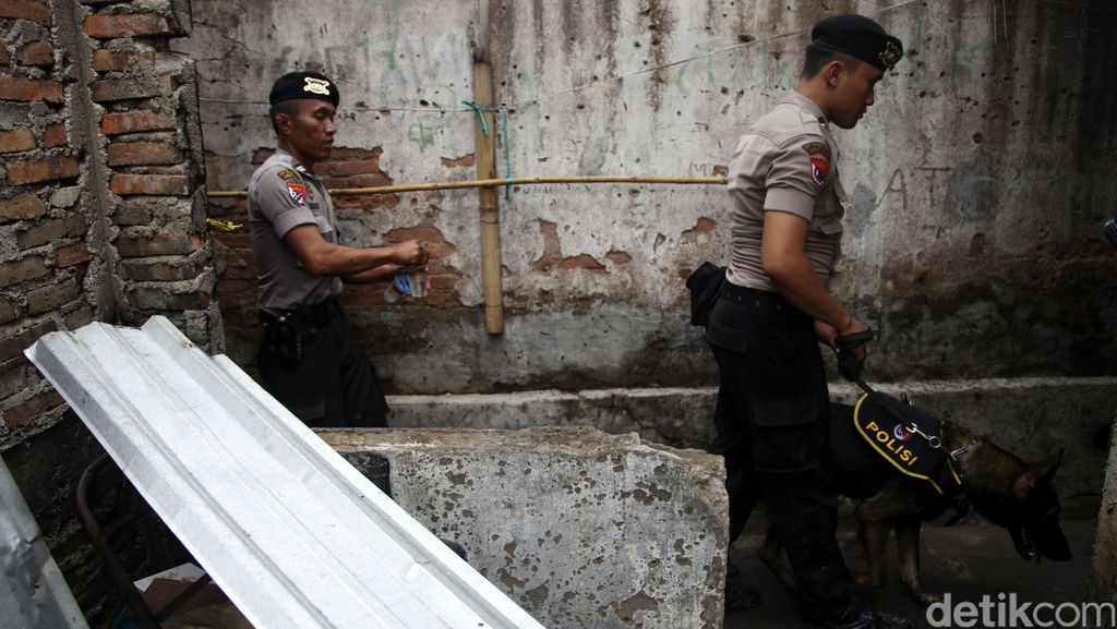 Polisi Gerebek Mess di Depok, Senpi hingga 20 Paket Sabu Disita