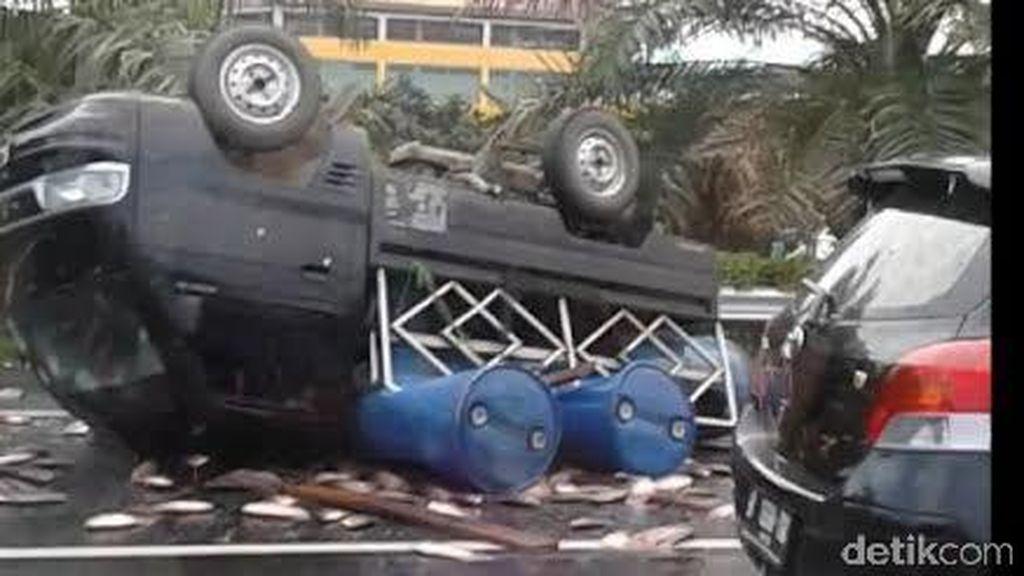 Mobil Pikap Bermuatan Ikan Segar Terbalik di Tol Jagorawi