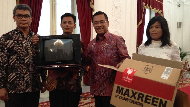 Kagum dengan TV Rakitan Kusrin, Jokowi Beri Tambahan Modal