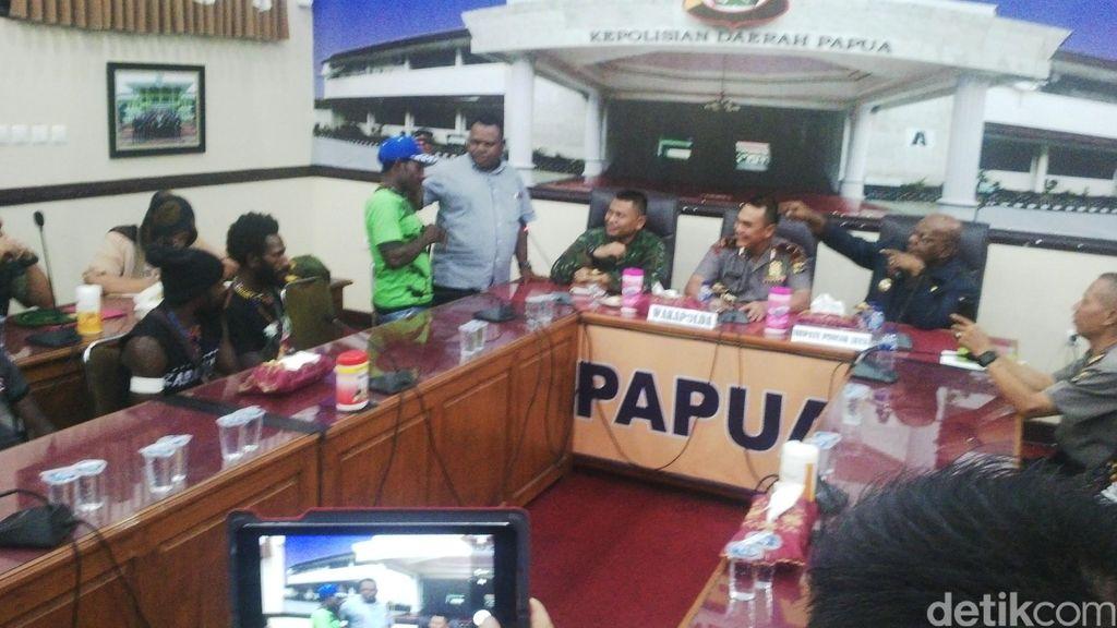 10 Anggota OPM Menyerahkan Diri ke Polda Papua dan Bergabung ke NKRI
