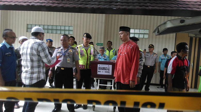 Isak Tangis Keluarga Iringi Penyerahan Jenazah Teroris Thamrin di RS Polri