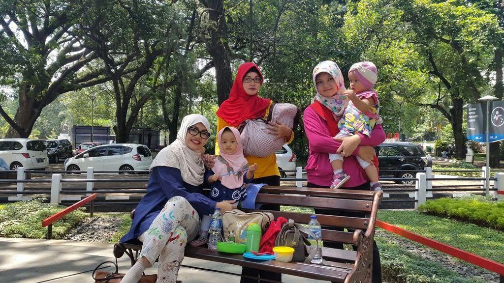 Mamah Muda di Bandung Kini Punya Gaya Hidup Baru, Kongkow Siang di Taman