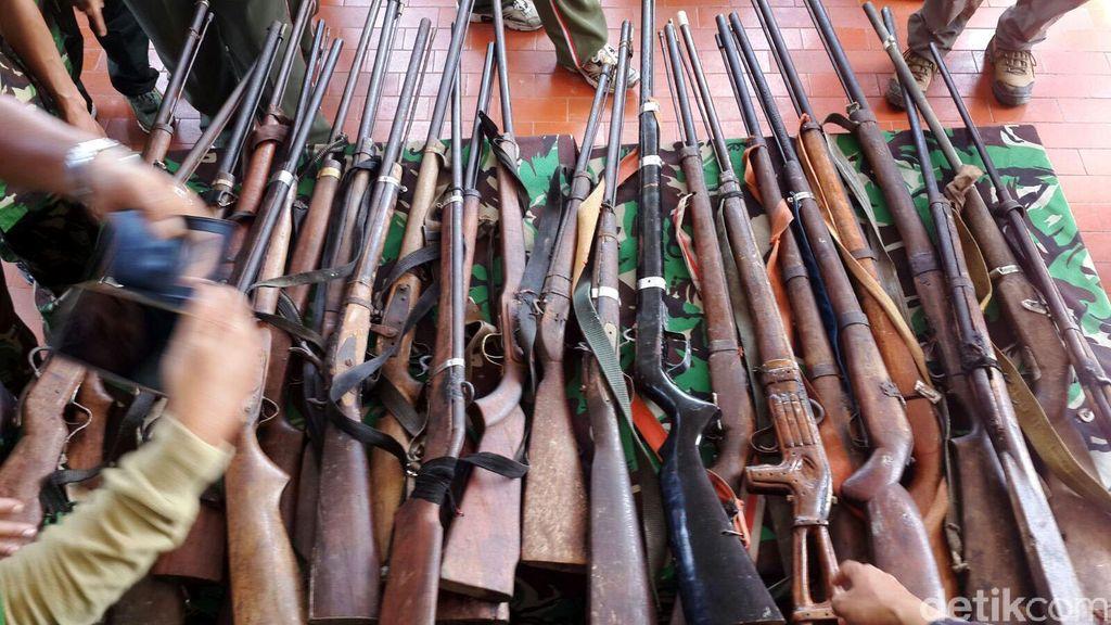 Suku Anak Dalam di Jambi Serahkan Puluhan Senjata Api ke TNI