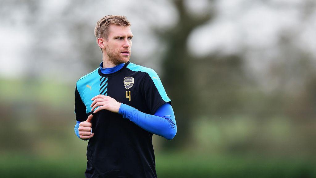 Cedera Mertesacker Jadi Pukulan Telak untuk Arsenal