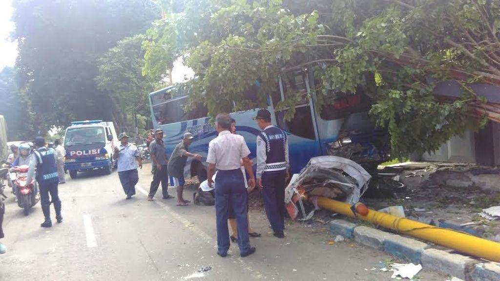 Bus Puspa Indah Seruduk Bentor dan Tiang TL, Sopir Tewas