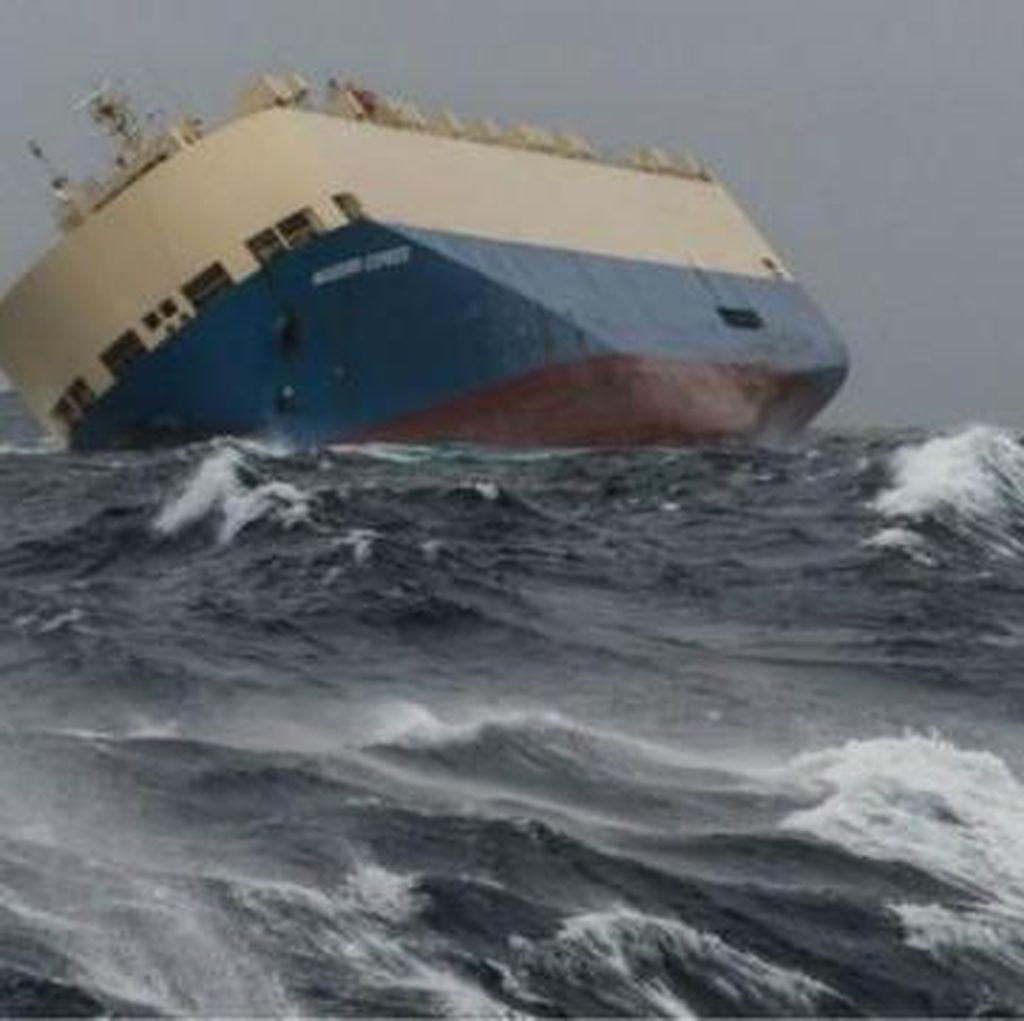 Kapal Kargo Oleng Terancam Hantam Pesisir Prancis