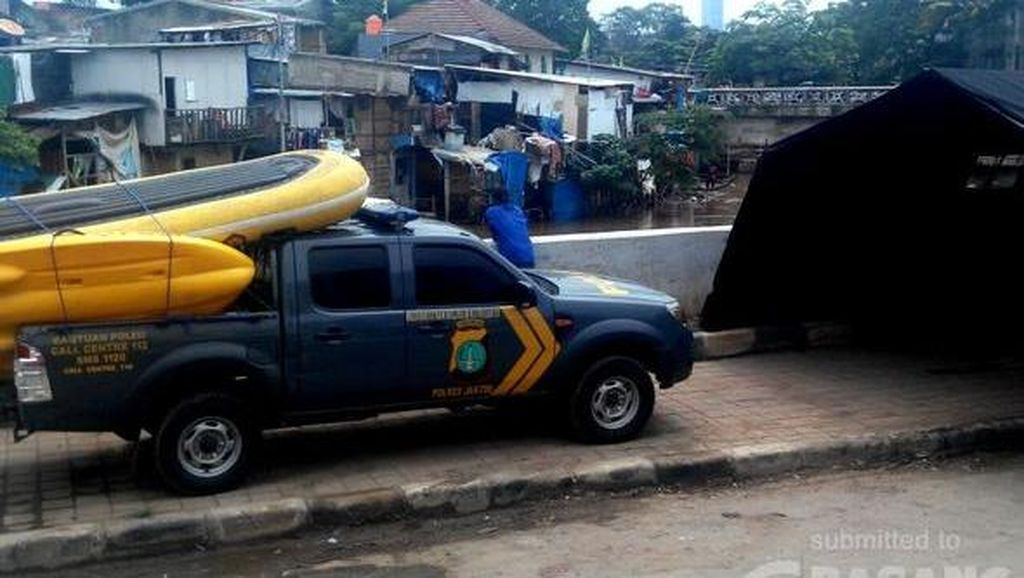Polres Jaktim Siagakan Personel Antisipasi Banjir di Kampung Pulo