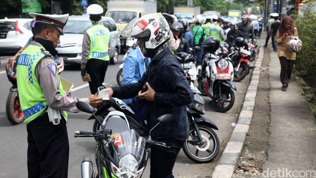 Polisi Tindak 667 Suporter Bola yang Langgar Aturan Lalin