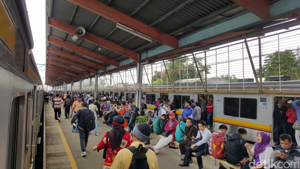 PT KCJ Jangan Cuma Minta Maaf, Dengar Nih Curhat Para Pengguna Commuter Line