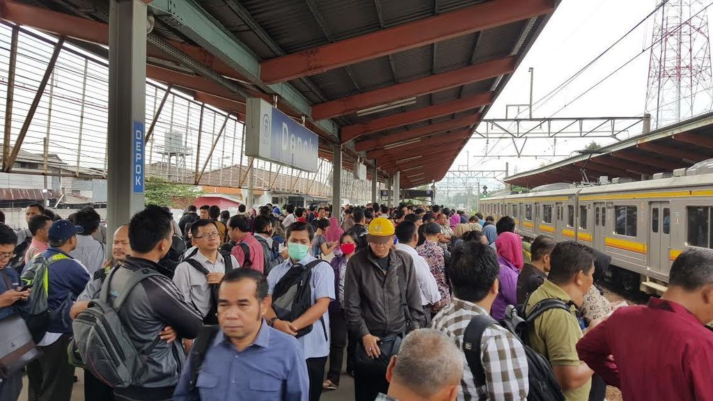 Penampakan Menumpuknya Penumpang di Stasiun Saat Commuter Line Ada Gangguan