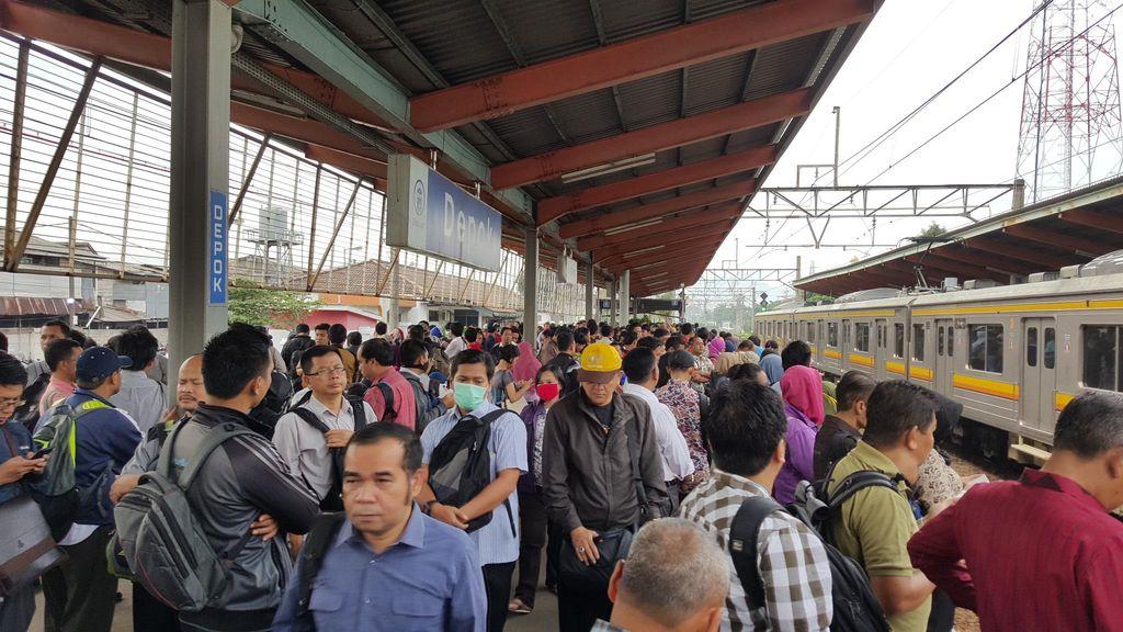 Ada Perbaikan Rel, Commuter Line Telat dan Penumpang Menumpuk di Depok