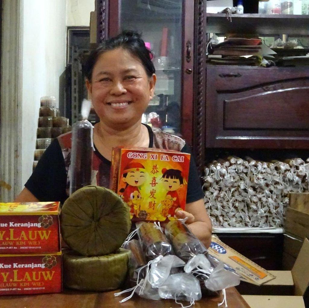 Manisnya Bisnis Kue Keranjang Ny. Lauw Jelang Imlek