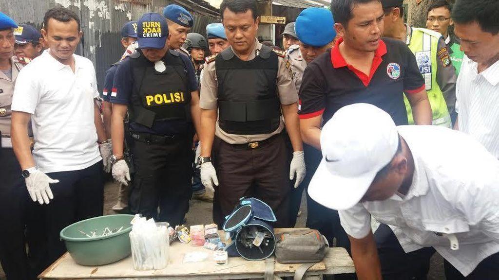 Ribuan Jarum Suntik hingga Paket Putaw Ditemukan di Kampung Boncos