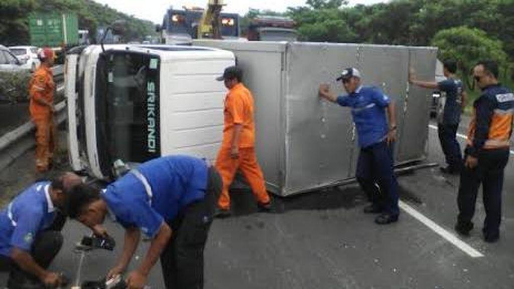 Truk Boks Terguling di Tol, Arah Surabaya-Porong Sempat Padat