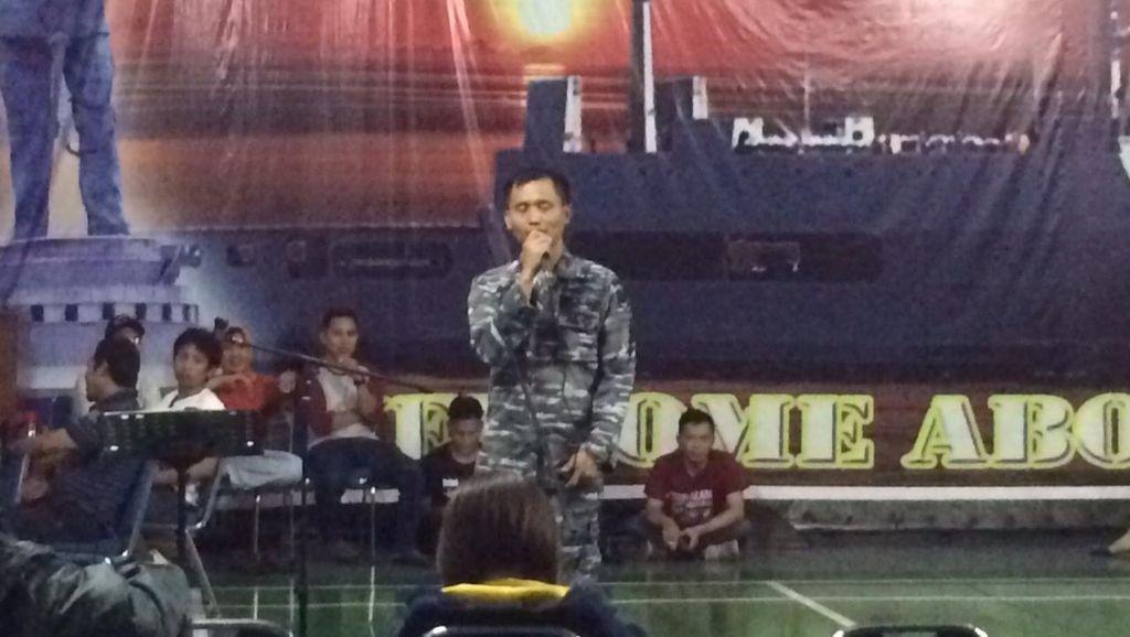 Saat Komandan KRI Makassar Stand Up di Depan Peserta Hari Pers Nasional