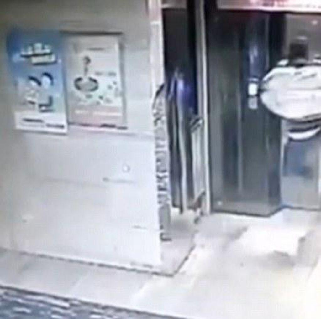 Tendang Pintu Lift, Pria ini Justru Jatuh dan Kedua Kakinya Patah