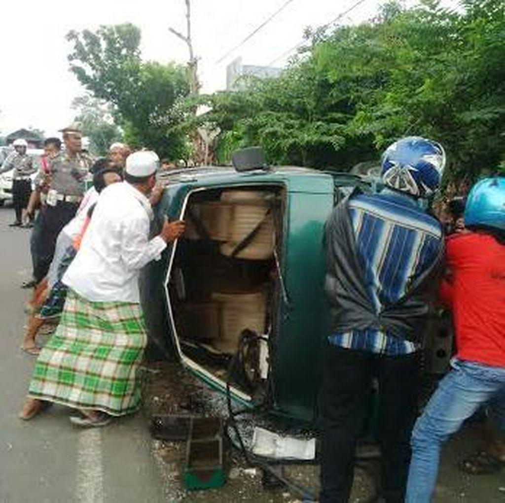 Mobil Polisi Vs Minibus di Pantura Probolinggo, Tiga Penumpang Luka