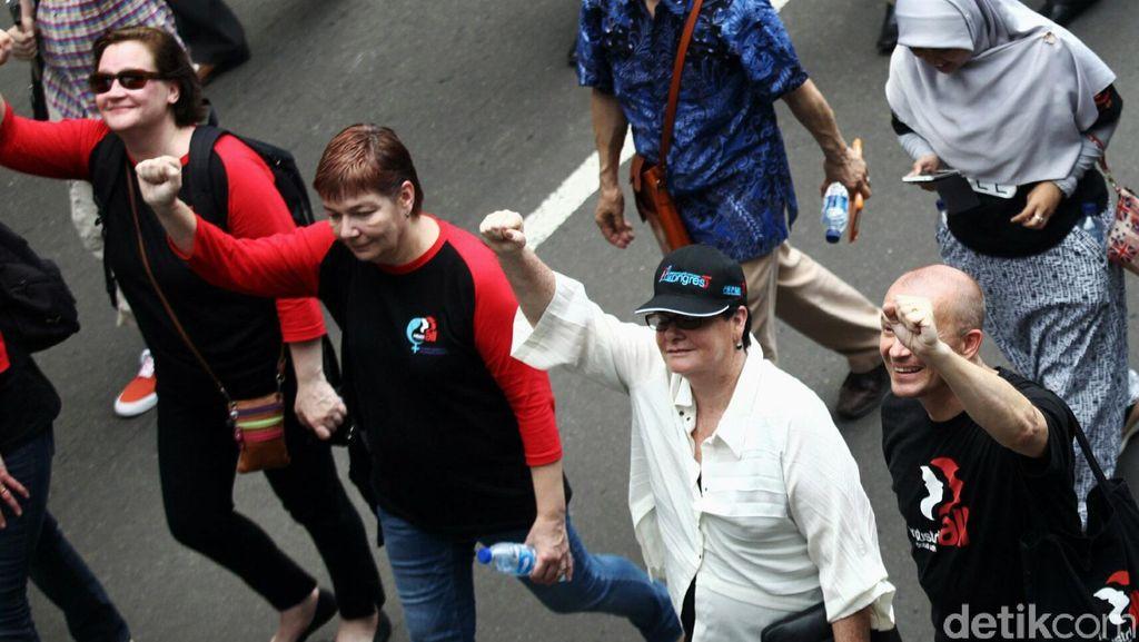 Saat Bule-bule Ikut Demo Buruh di Istana