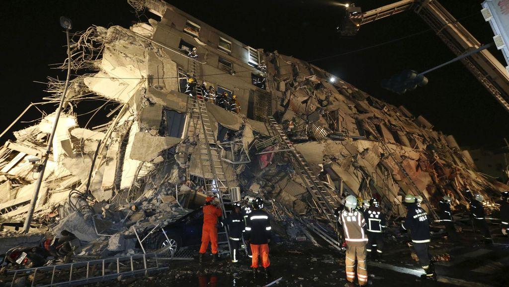 Gempa 6,4 SR Robohkan Gedung di Taiwan
