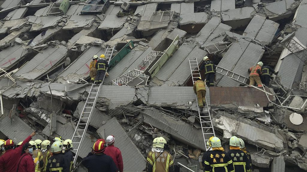 Apartemen Roboh Akibat Gempa, Warga Taiwan Berjuang Selamatkan Diri