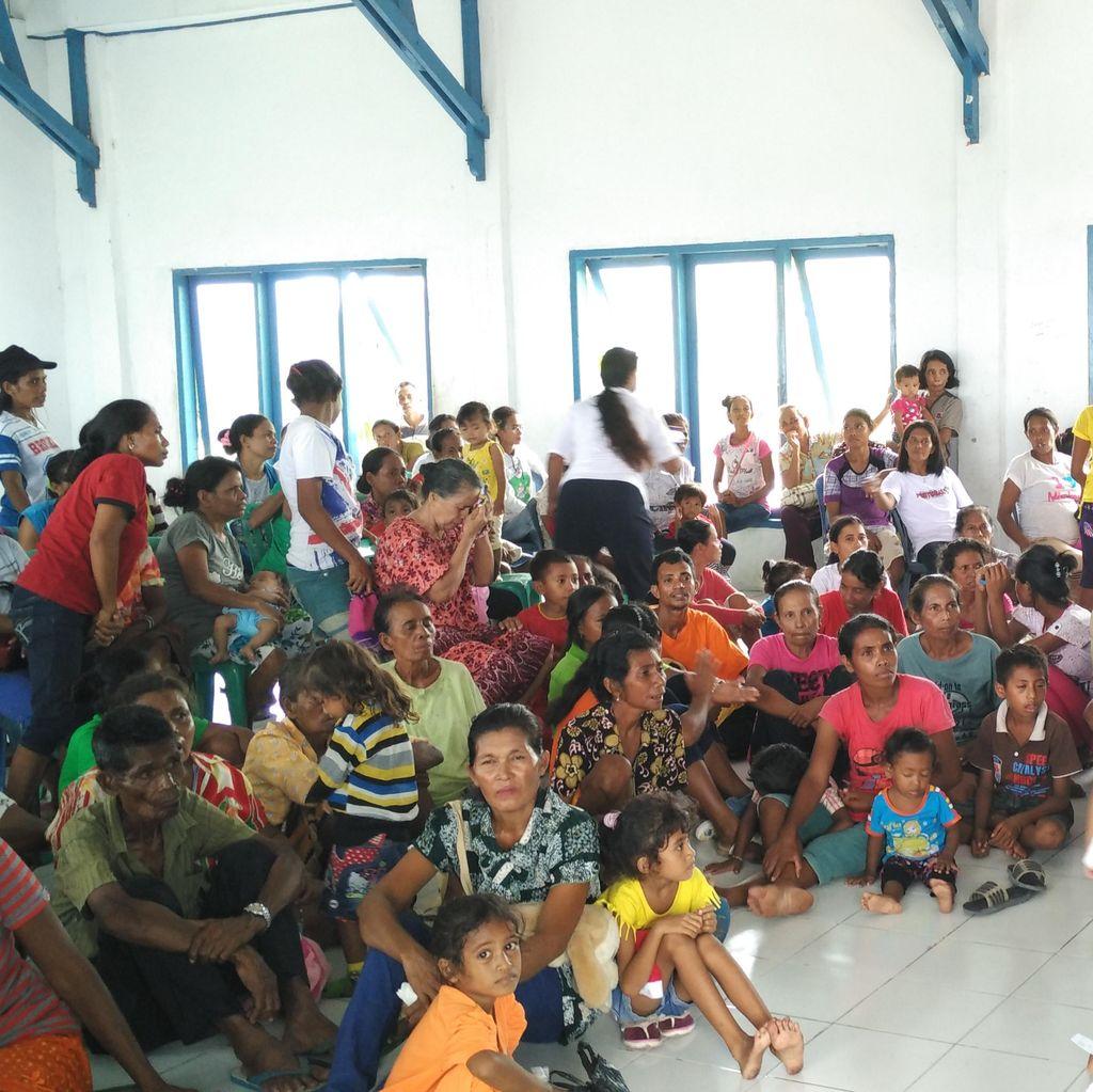 Warga Weweran Kepulauan Lakor Sambut Gembira Kedatangan KRI dr Soeharso