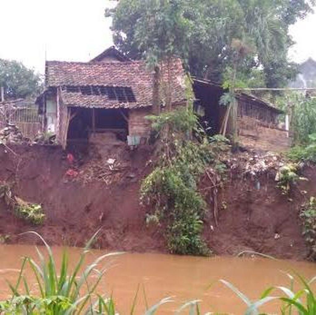Bibir Sungai Gunting Longsor, Satu Rumah Warga Ambruk