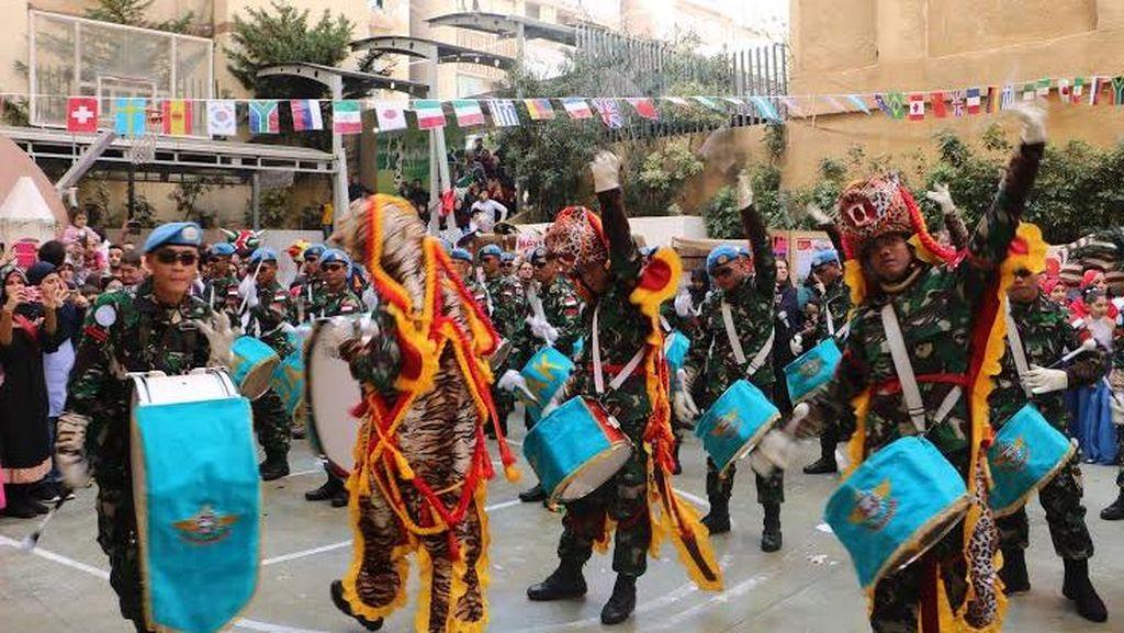 Atraksi Drum Band Kontingen Garuda Pukau Warga Libanon