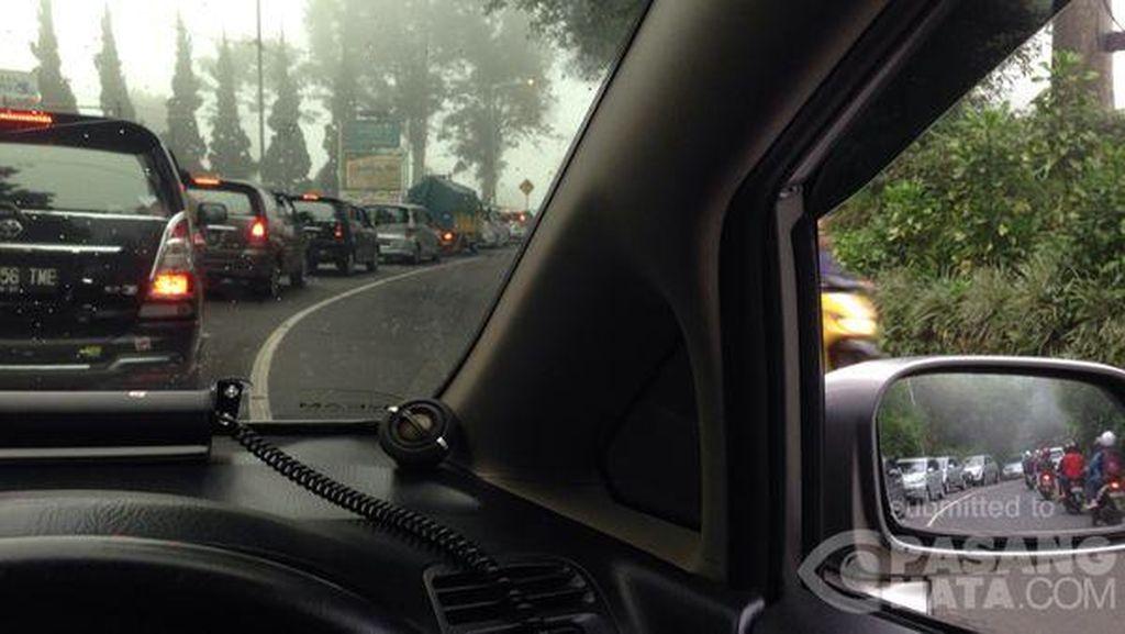 Puncak Pass Arah Jakarta Macet Parah, Kendaraan Parkir Setengah Jam