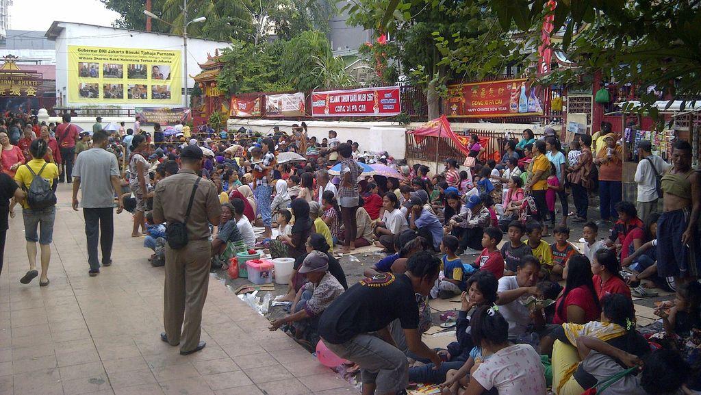 Ratusan Orang Berkumpul Berharap Angpau di Wihara Dharma Bhakti Jakbar