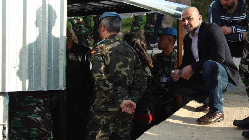 Pasukan Perdamaian Spanyol dan TNI Bantu Warga Lebanon dengan Generator