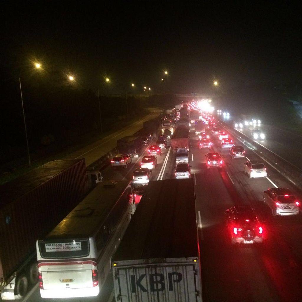Tol Cikampek Arah Jakarta Kembali Padat Tengah Malam