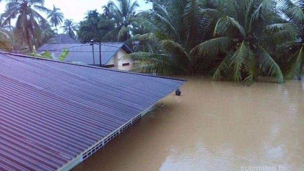 Penampakan Parahnya Banjir di Sumbar: Mobil hingga Kantor Polisi Terendam
