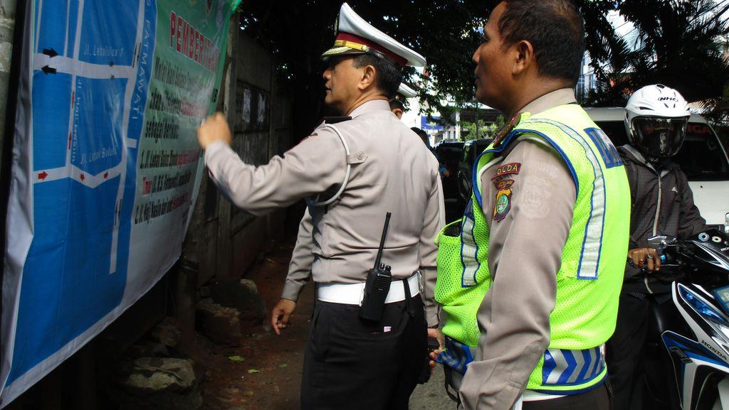 Polisi Rekayasa Arus Lalin di Daerah Fatmawati Pada Pagi Hari